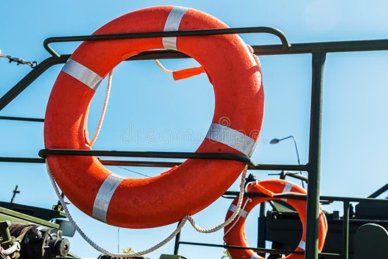 Orange Rettungsleine auf der Plattform des Bootes lizenzfreie stockbilder
