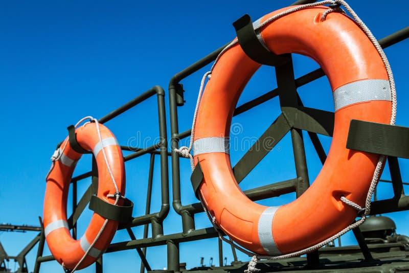 Orange Rettungsleine auf der Plattform des Bootes lizenzfreie stockfotografie