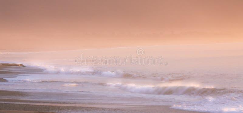 Orange rosa Seascape på gryning royaltyfri bild