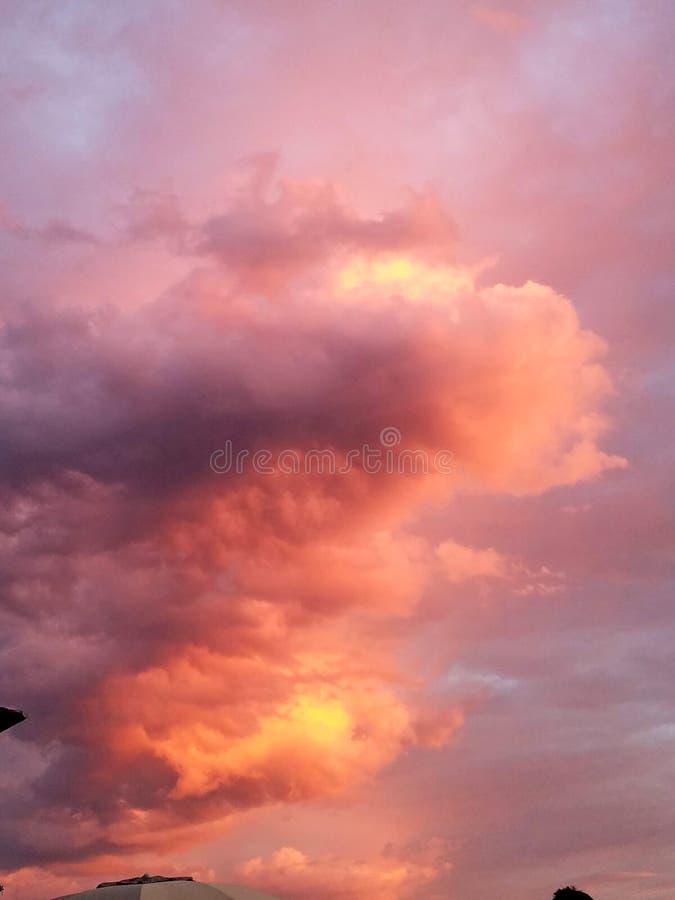 Orange rosa Wolkenbildung lizenzfreie stockfotos