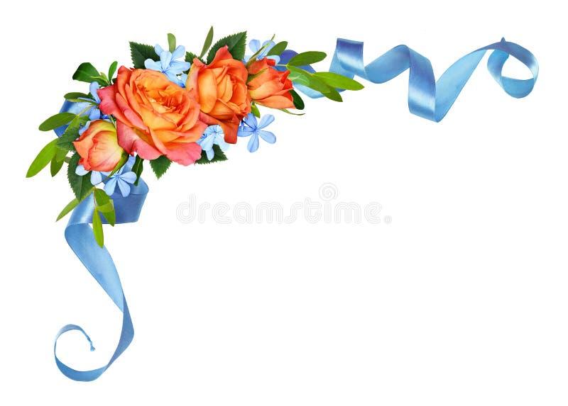 Orange Rosen und blaue kleine Blumen mit Eukalyptusblättern in einem Eckblumengesteck mit Seidenband lizenzfreie abbildung