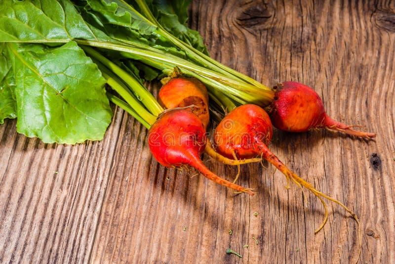 Orange rote Rüben auf Holztisch lizenzfreie stockfotografie