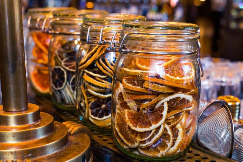 Orange sèche coupée en tranches dans le pot en verre comme ingrédient pour des boissons image stock