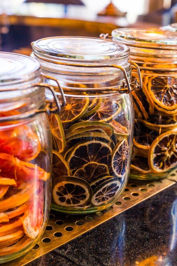 Orange sèche coupée en tranches dans le pot en verre comme ingrédient pour des boissons photographie stock libre de droits