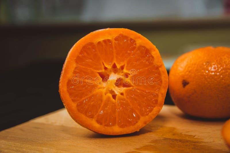 Orange sött smaklig frukt bör du aldrig göra arkivfoton