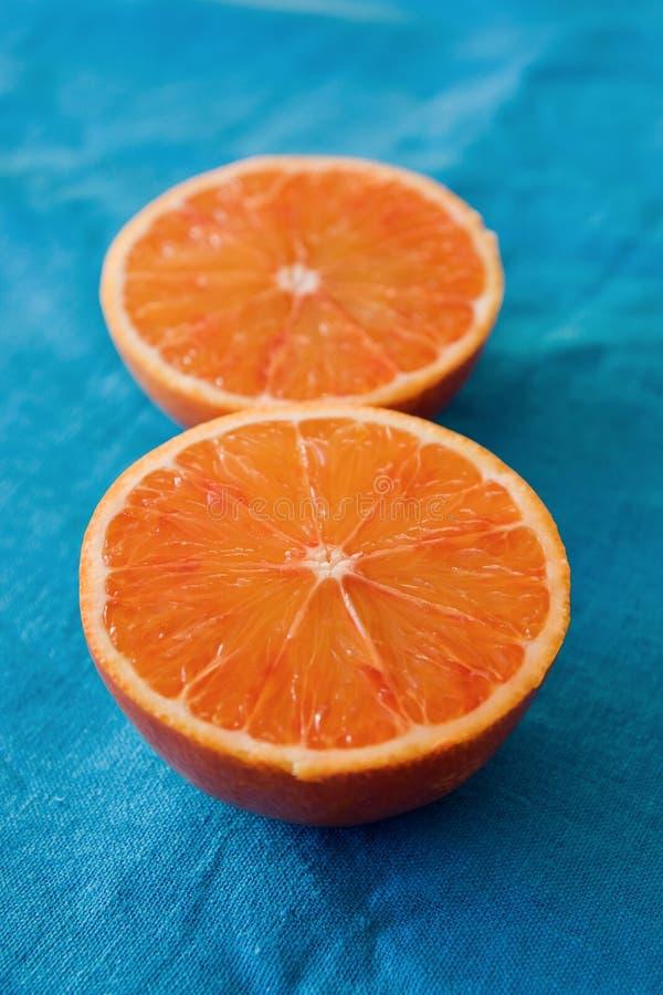 Orange sanguine sur le bleu photo stock