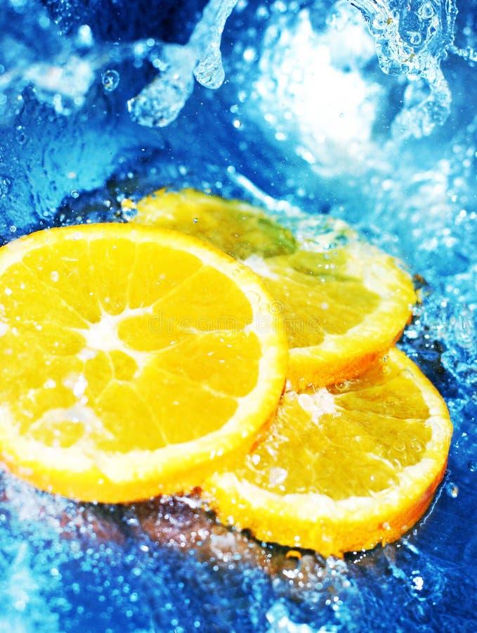 Orange Scheiben in hetzendem Wasser lizenzfreies stockfoto