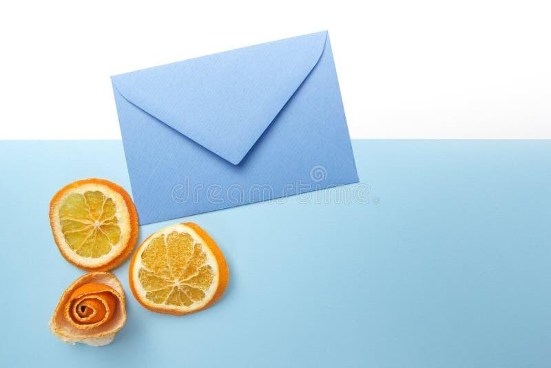 Orange Scheiben und blauer Umschlag Flache Lage Beschneidungspfad eingeschlossen lizenzfreie stockfotografie