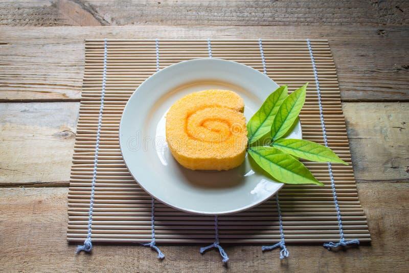 Orange Scheibenrollenkuchen und -kaffee lizenzfreies stockfoto
