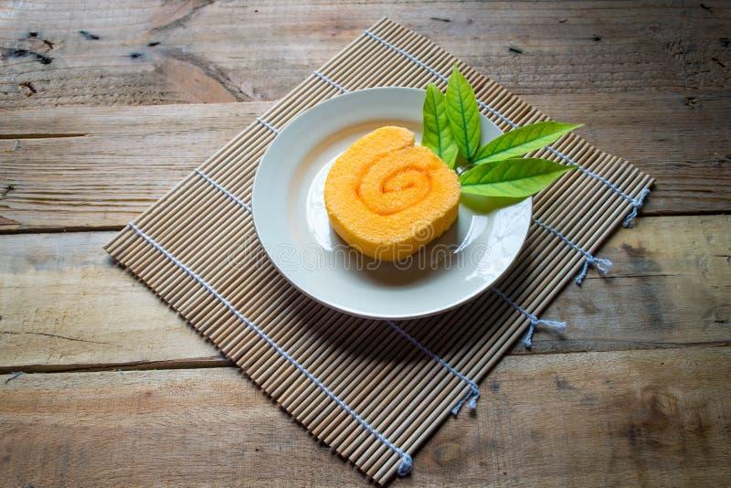 Orange Scheibenrollenkuchen und -kaffee stockbilder