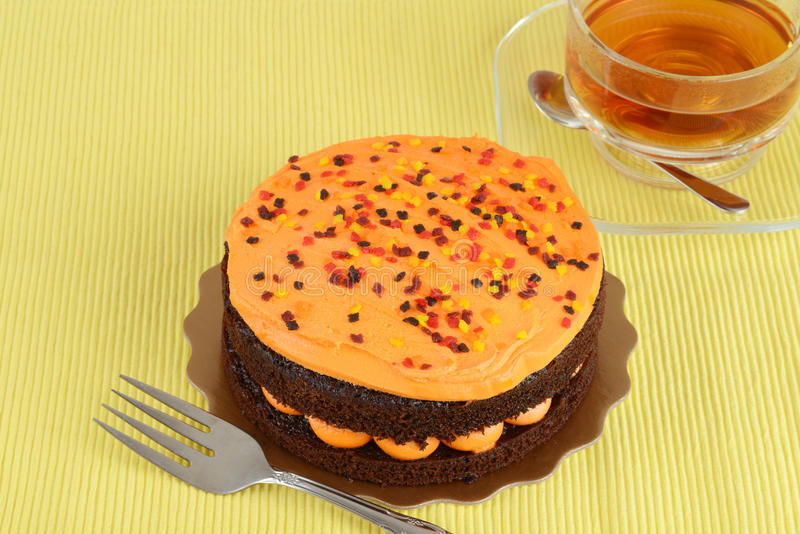 Orange Schokoladenkuchen mit Tee stockbilder