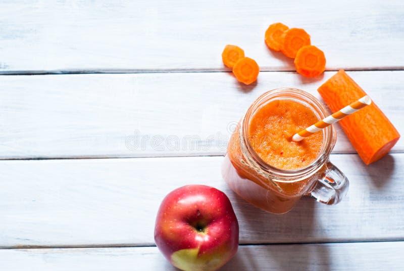 Orange smoothie från moroten och äpplet arkivbilder