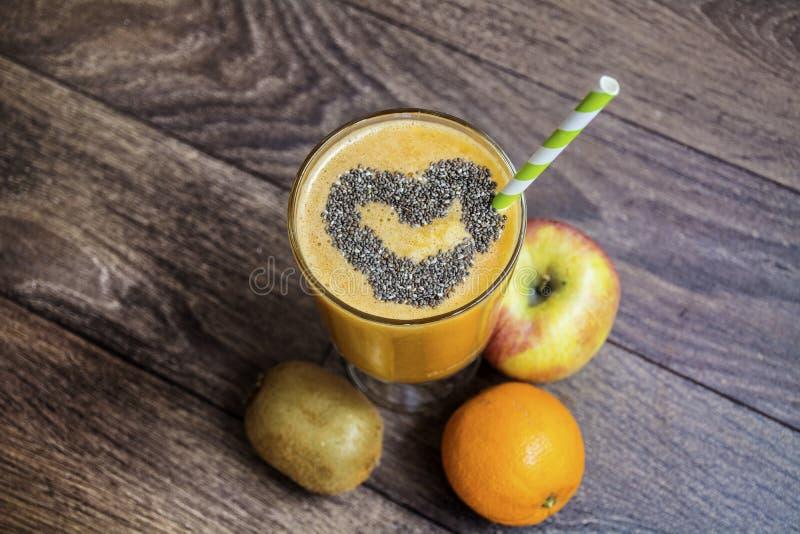 Orange smoothie med äpplekiwin sund livstid för begrepp arkivfoto