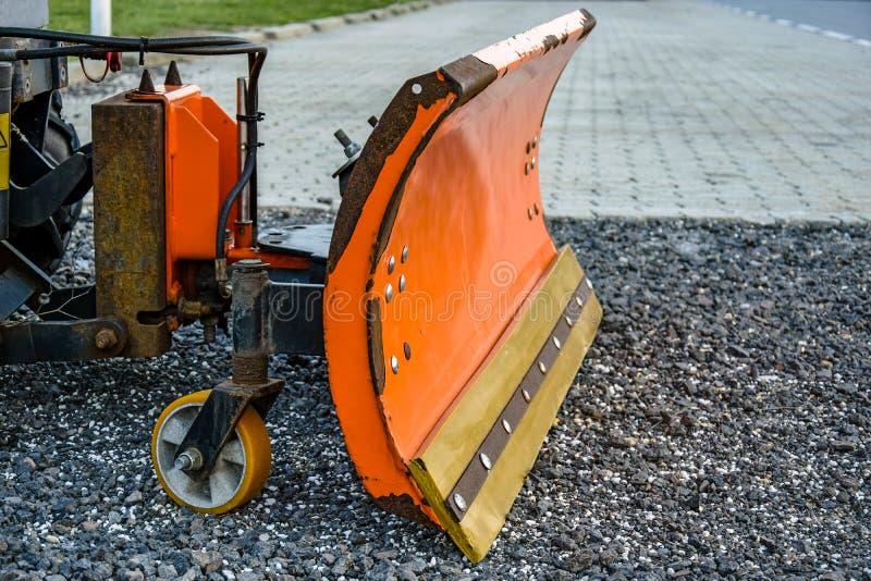 Orange snögrävarehink Liten snowblower Utrustning för snöborttagning i förväntan av vintern arkivbild