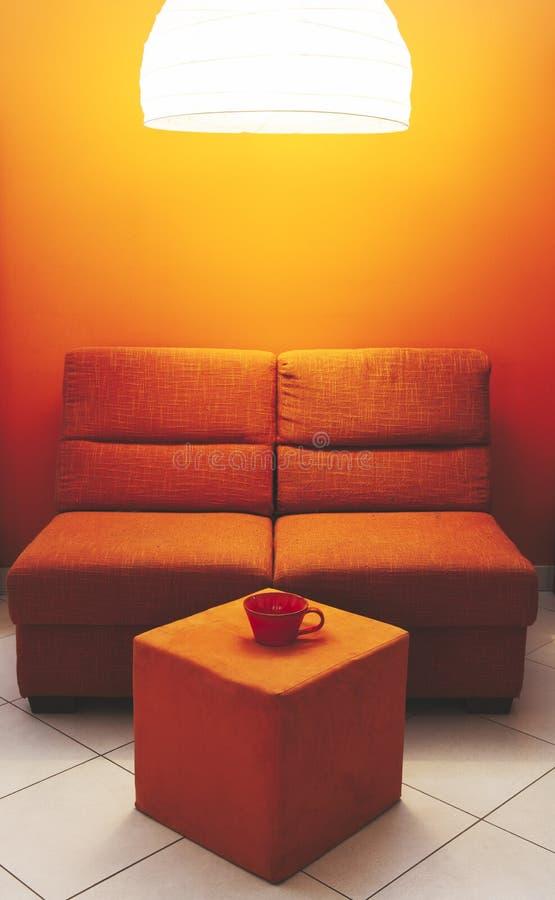 Orange Sofa- und Schalenlech stockfotografie
