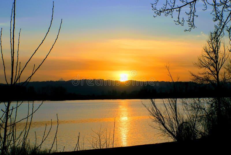 Orange solnedgång över Columbia River fotografering för bildbyråer