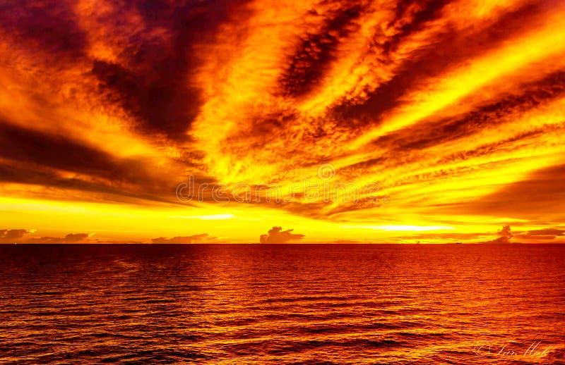 Orange solnedgång över havet arkivfoto