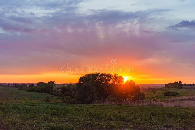 Orange solnedgång för afton fotografi för landskap för natur över Valday för sjön, Ryssland Höstsolnedgång, utomhus- natur av Rys arkivbilder