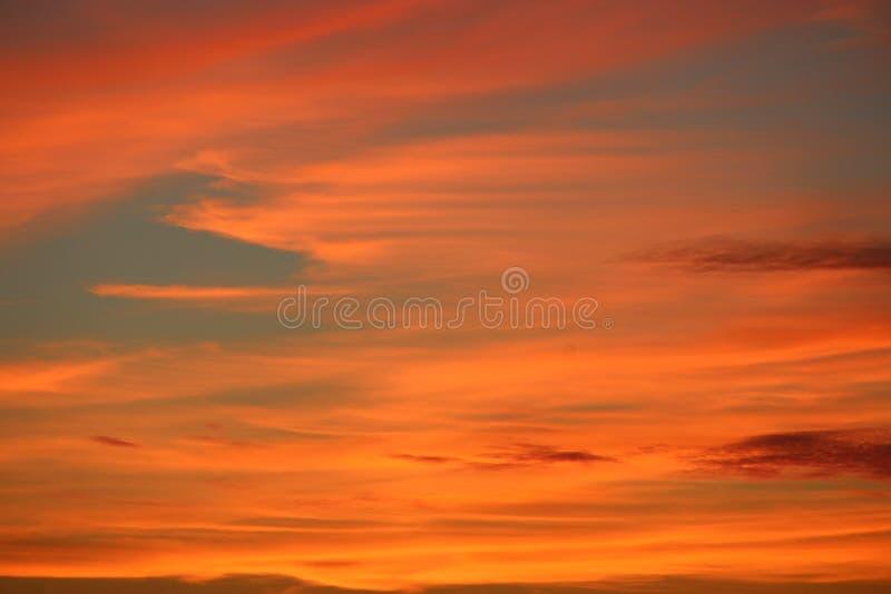 Orange solnedgång för natt Skymning med ljus solnedgång solnedgång för sky för aftonliggandehav royaltyfri bild