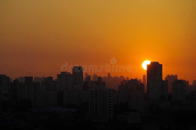 Orange solnedgång i São Paulo royaltyfria foton