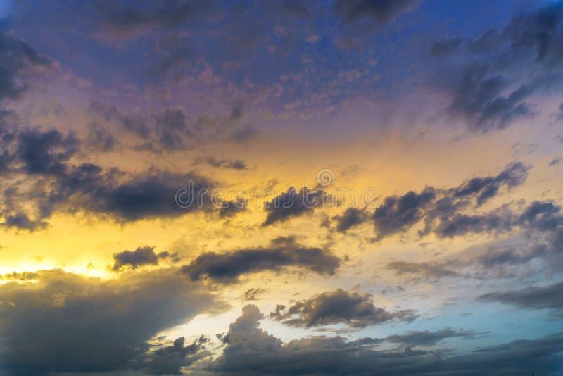 Orange solnedgånghimmelbakgrund Vibrerande röd gryningsoluppgångbild royaltyfria foton