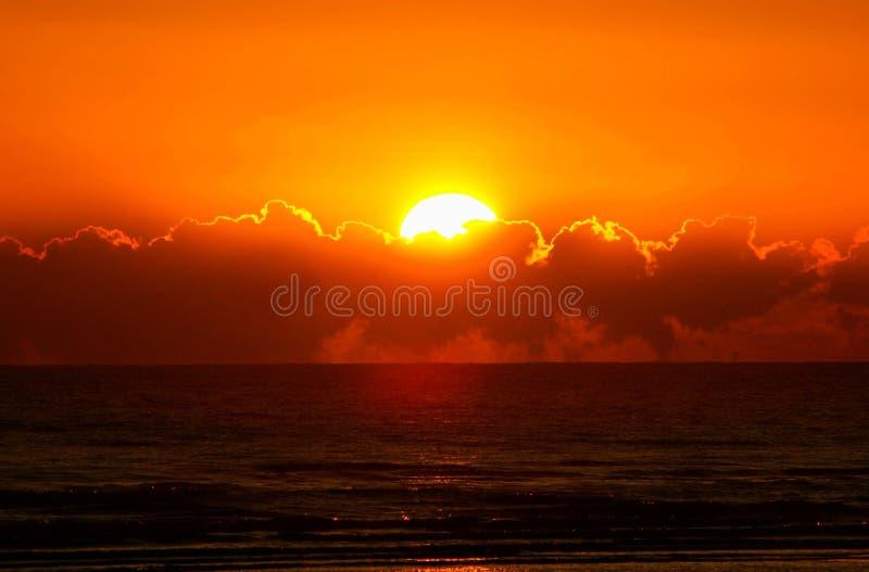 Orange soluppgång på horisont fotografering för bildbyråer
