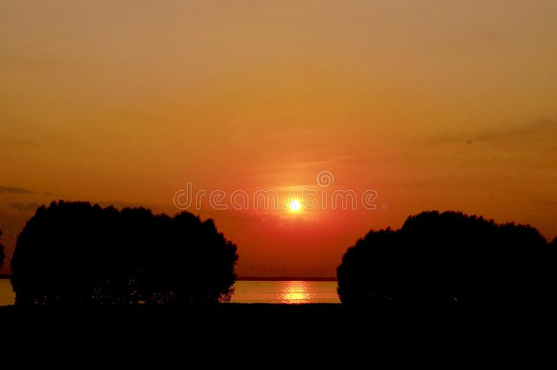 Orange sommarsolnedgång royaltyfria bilder