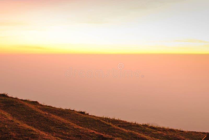 Orange Sonnenlicht am Berg stockfotos