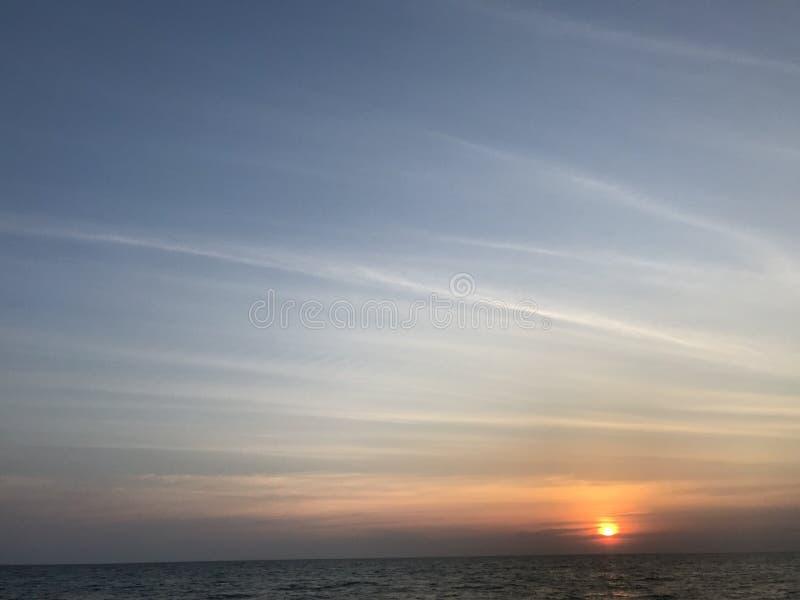 Orange Sonnenuntergang über dem Meer und der horizontalen Linie lizenzfreie stockfotografie