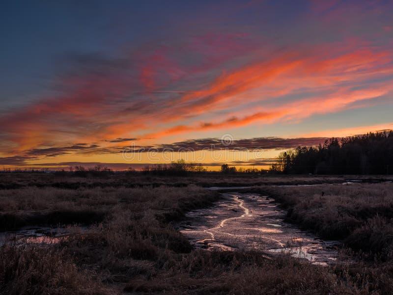 Orange Sonnenuntergang über Fluss-Bett lizenzfreies stockbild