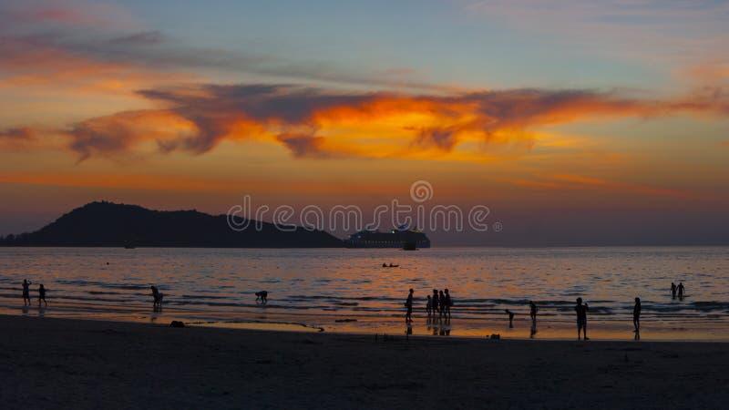 Orange Sonnenuntergang auf Patong-Strand in Thailand stockfoto