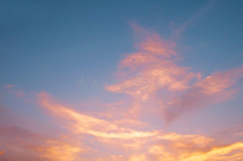 Orange Sonnenuntergang, blauer Himmel Schönes natürliches des blauen Himmels mit den Wolken abstrakt oder Hintergrund Weiches Bil lizenzfreie stockfotos