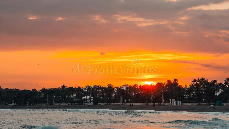Orange Sonnenuntergang in Marbella, Màlaga lizenzfreie stockbilder
