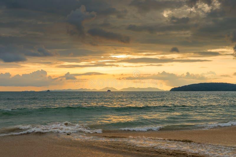 Orange Sonnenuntergang in Thailand in den goldenen Tönen, schöne Wolken vorbei lizenzfreie stockfotos