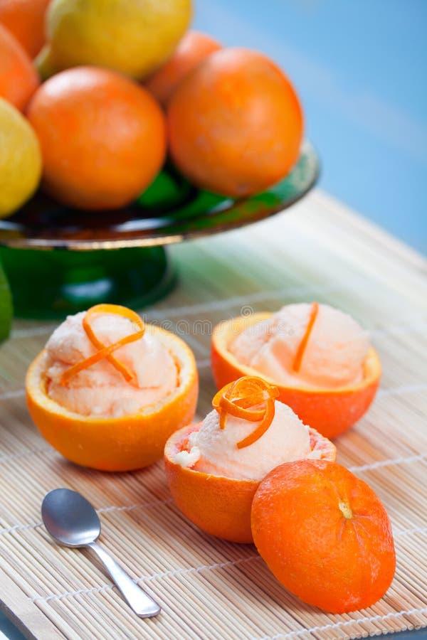 Orange Sorbet in ausgehöhlten Früchten lizenzfreies stockfoto