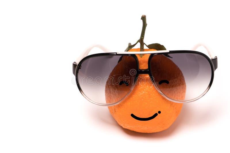 Orange souriante utilisant les lunettes sur les milieux blancs orange de visage d'émotion de bande dessinée d'isolement images stock