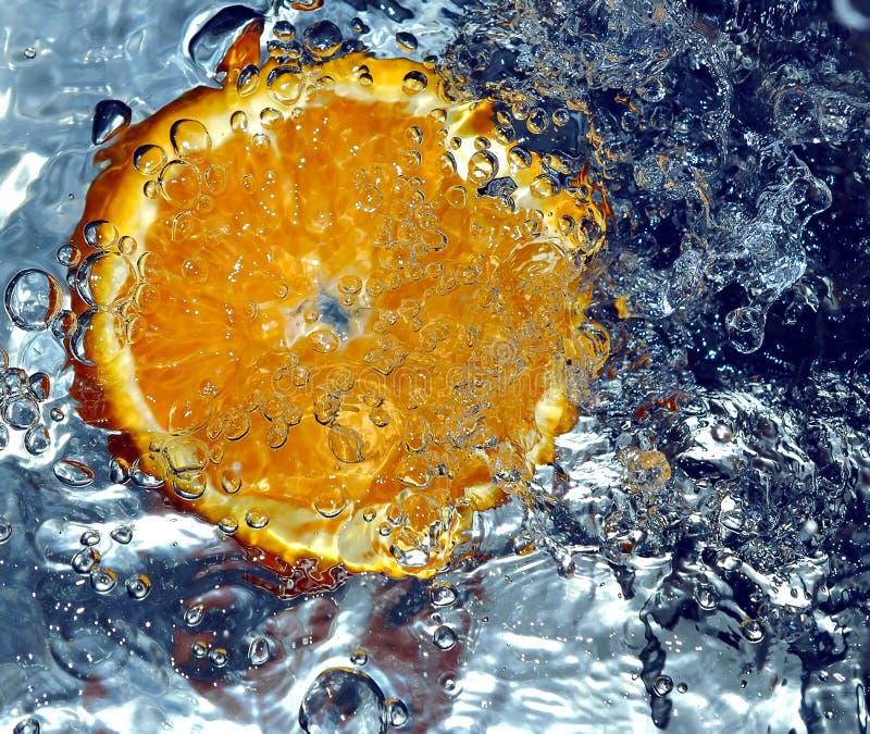 Orange spritzendes Wasser stockfotos