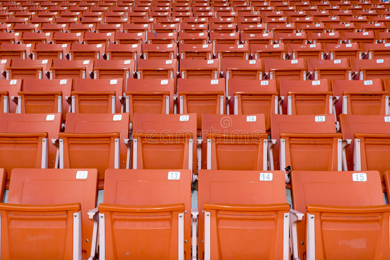 Orange stadionplatser på stadionsporten arkivbilder
