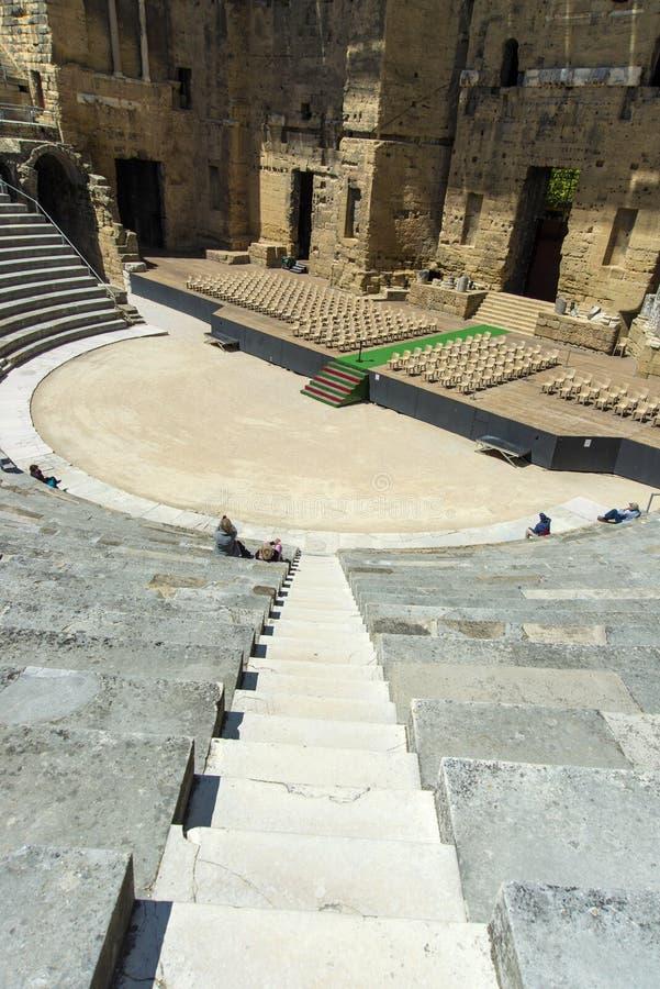 Orange Stadiumsansicht des römischen Theaters von den Spitzensitzplätzen lizenzfreie stockfotos