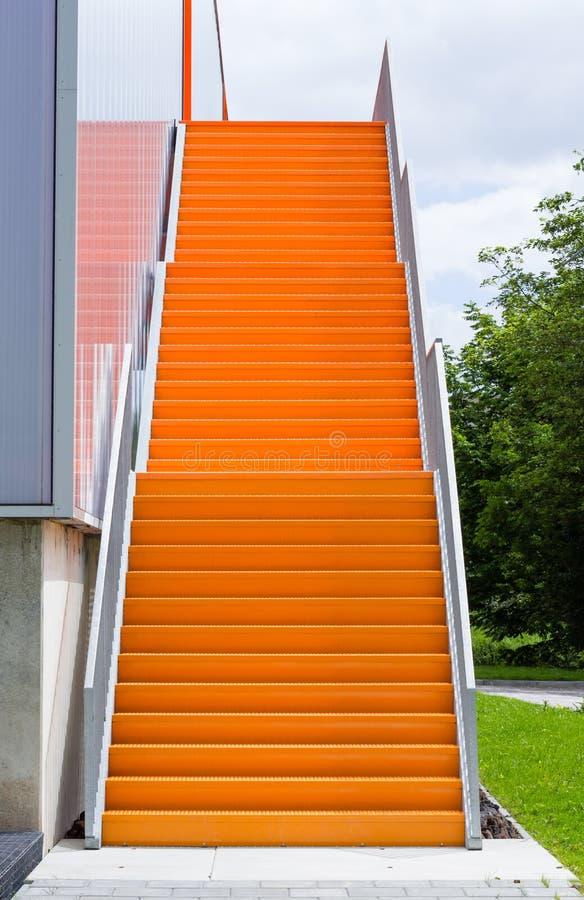 Orange Stahltreppenhaus lizenzfreie stockfotos