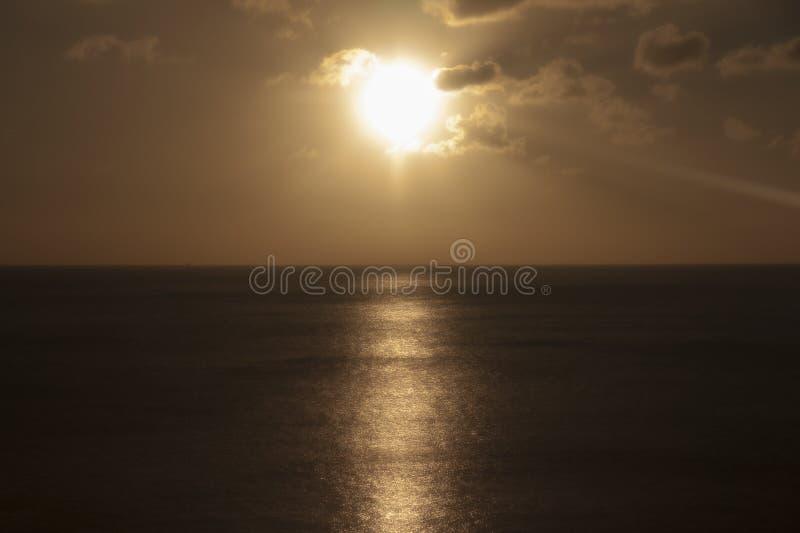 Orange strand Saint Lucia för solnedgångkalebassliten vik arkivbilder