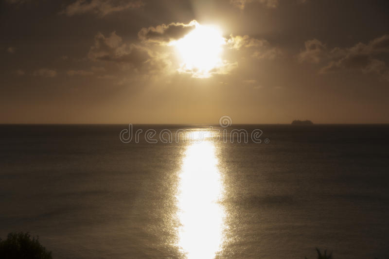 Orange strand Saint Lucia för solnedgångkalebassliten vik royaltyfria bilder