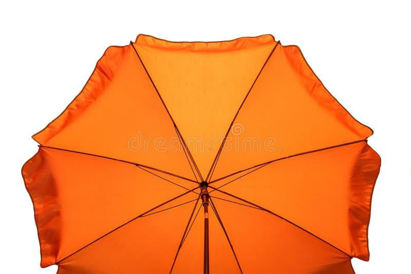 Orange Strandschirm lokalisiert auf Wei? Beschneidungspfad eingeschlossen stockfotografie