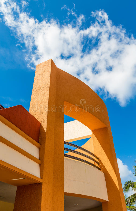 Orange stuckatur under blå himmel royaltyfria bilder