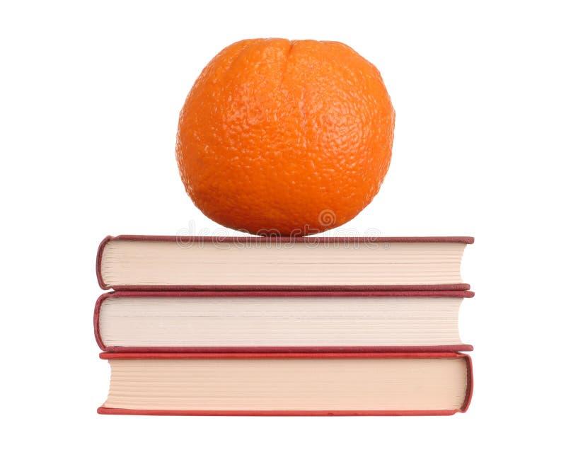Orange sur des livres image stock