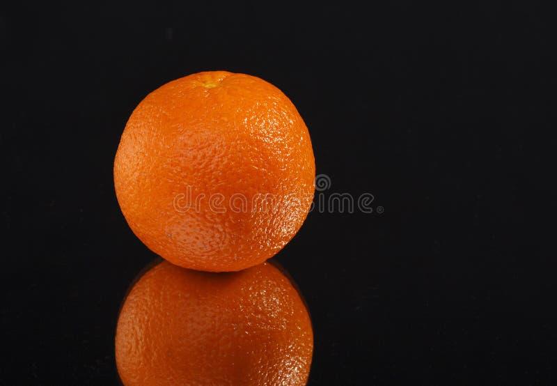 Orange sur le fond noir photos stock