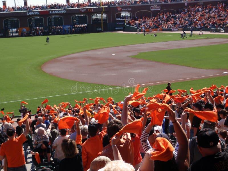 Orange Tücher der Gebläsewelle pumpen oben Team vor Spiel lizenzfreies stockfoto