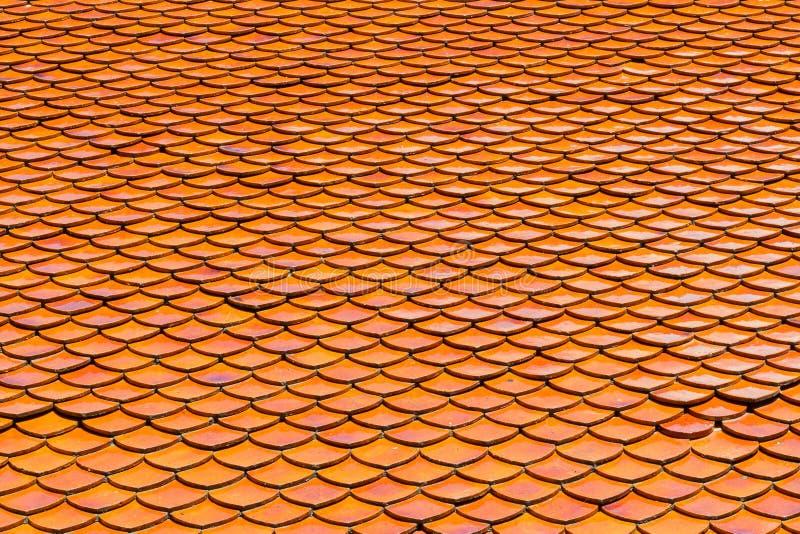 Orange taktegelplattor av den thailändska templet royaltyfri foto