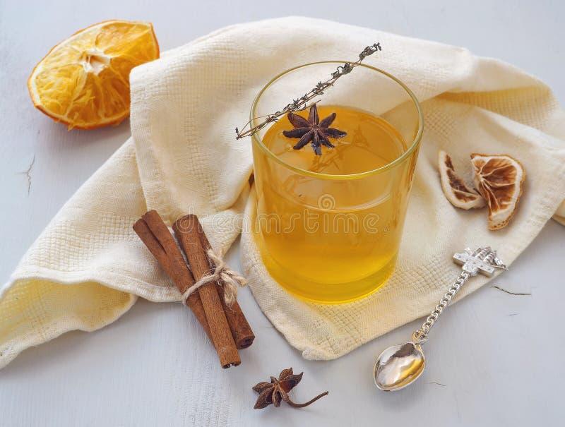 Orange te med timjankvisten, den torra citronen och anisstjärnan Värmedrink fotografering för bildbyråer