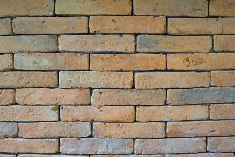 Orange tegelstenvägg arkivfoto